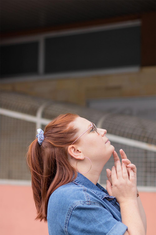 Zoom sur les cheveux attachés, de profil, en demi queue de cheval avec un chouchou bleu et blanc fabriqué à Tours