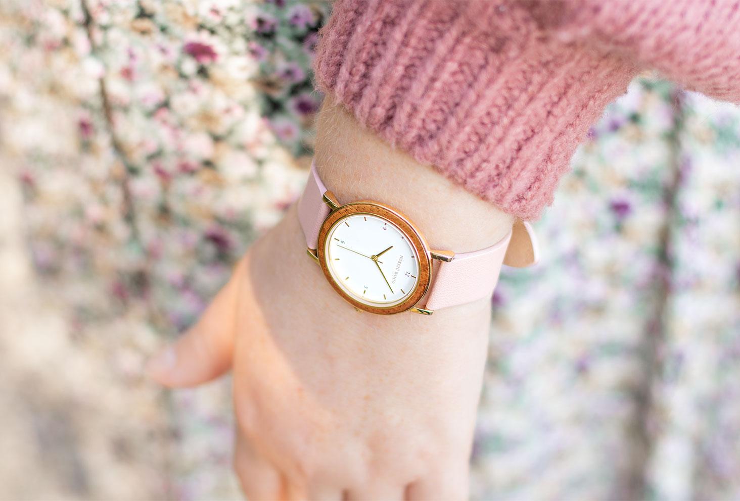 Zoom sur la montre en bois et en cuir rose Nordic Wood porté avec un pull rose