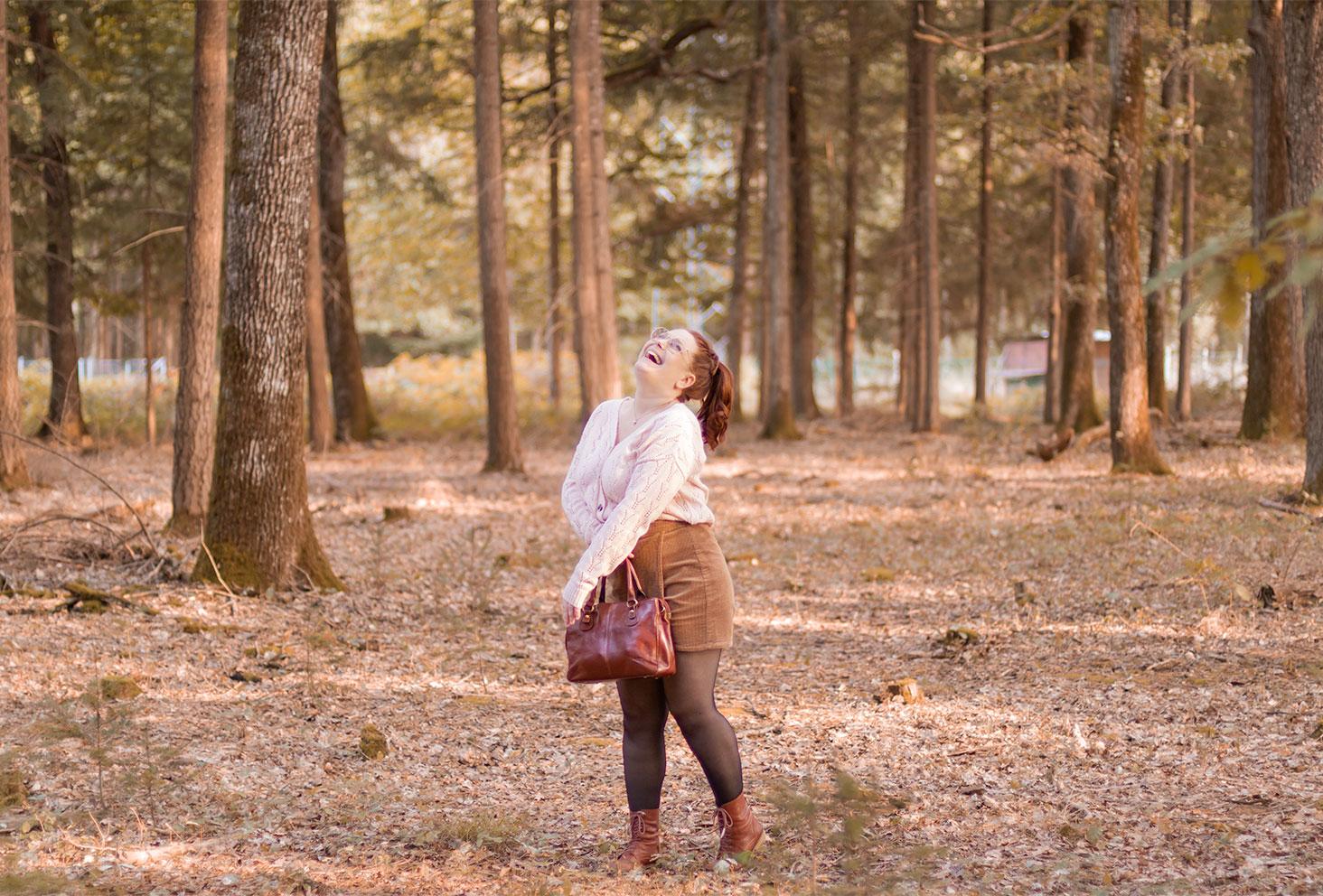 Au milieu des bois avec le sourire, en gilet et jupe-short en velours pour la rentrée