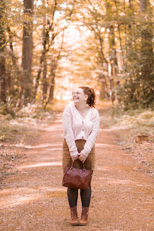 Au milieu des bois en tenue d'automne, avec le sourire