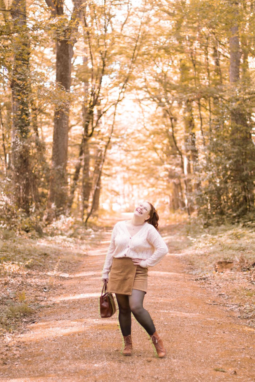 Tenue d'automne dans les bois, gilet beige et jupe-short en velours, avec le sourire