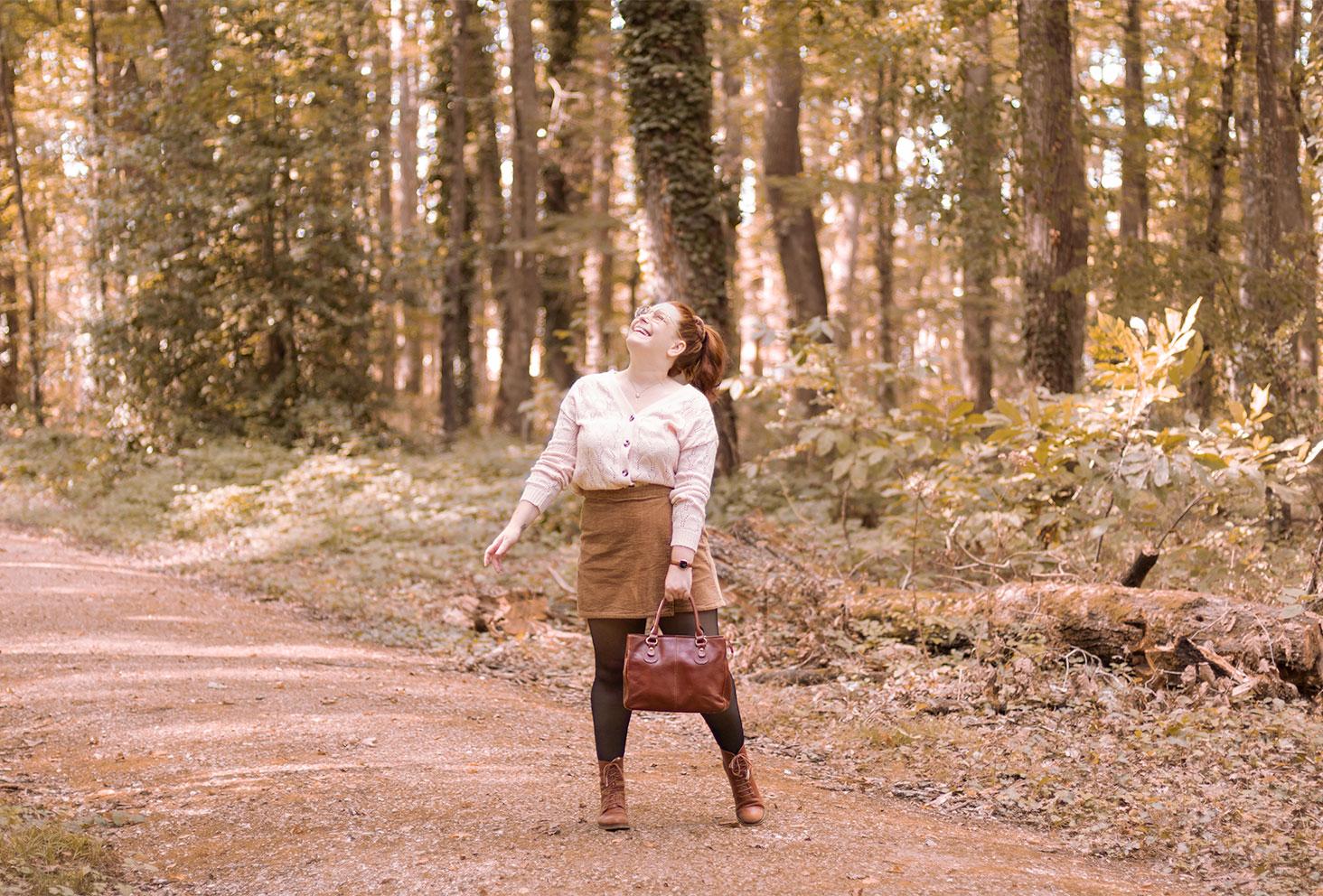 Dans la forêt avec le sourire, en gilet beige et jupe-short en velours marron