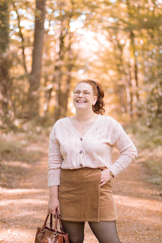 Zoom sur la jupe-short en velours marron, porté au milieu des bois avec une gilet beige fermé