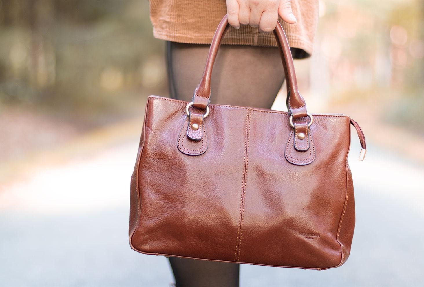 Zoom sur le sac Hexagona Paris en cuir marron tenu dans la main